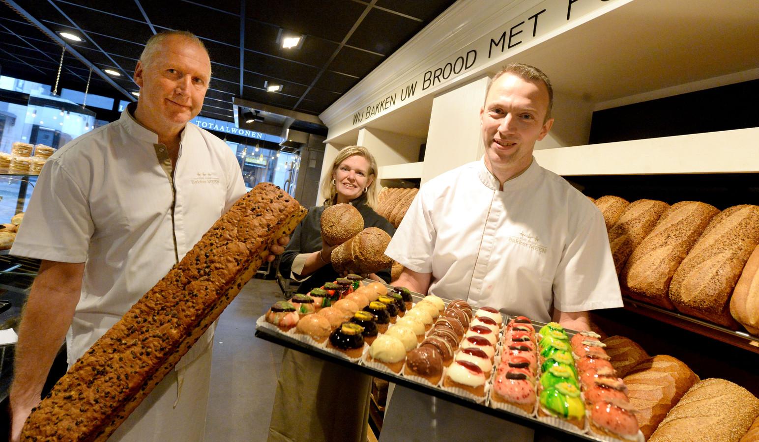 De drie jubilarissen bij bakkerij Meen: bakker André Platenkamp (links) is 35 jaar in dienst, verkoopster Elvira Oude Veldhuis 25 jaar en bakker Sander Haverkort (rechts) 25 jaar.