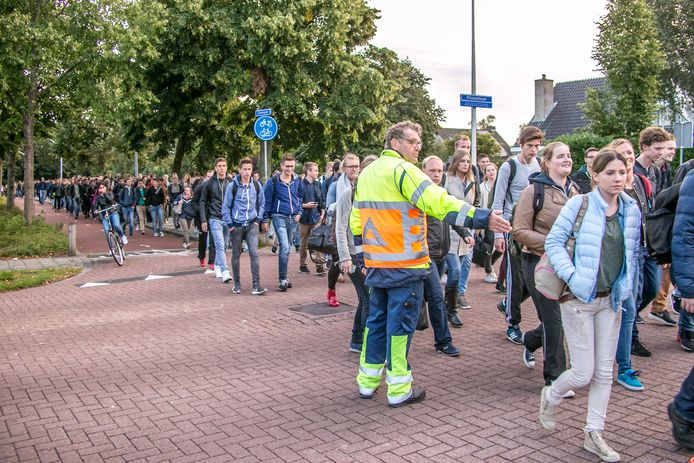 Een enorme stroom studenten op weg van station Zwolle naar de campus van hogeschool Windesheim onder begeleiding van verkeersregelaars. Dit beeld zal voorlopig niet terugkeren.