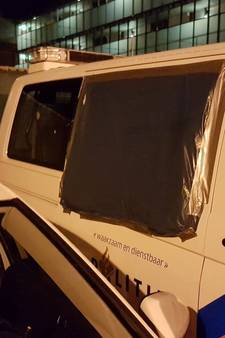 Arrestant vernielt zijruit politiebus met kopstoot in Rijen