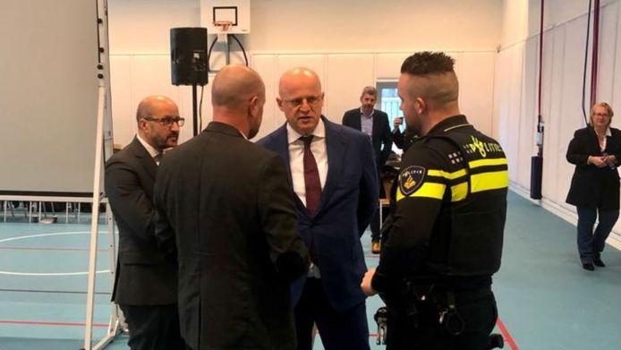 Ferd Grapperhaus en Ahmed Marcouch in gesprek met hulpverleners in Arnhem, donderdag.