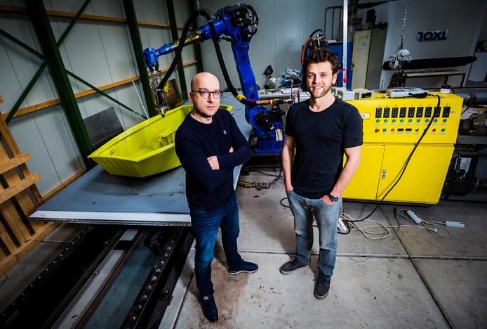 Ceo Gerbert Smits (links) van 10XL bij de grootste 3D-printer van Nederland. Samen met Joep GrapperHaus