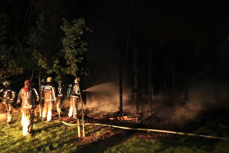 De brandweer kon niet veel meer doen dan de restanten blussen.