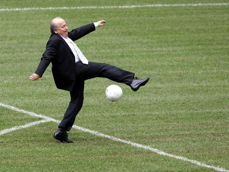 Sepp Blatter laat zijn voetbalkunsten zien in de Allianz Arena van München, vlak voor het WK voetbal van 2006 in Duitsland. Beeld AP