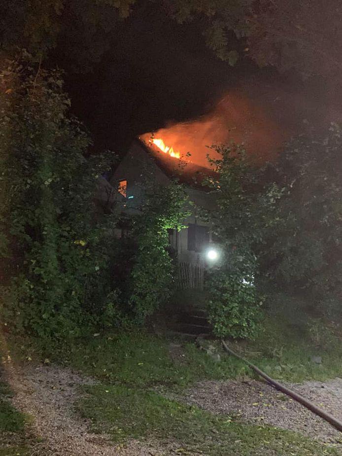 Het vuur nam uitbreiding naar het dak waardoor de brand uitslaand was.