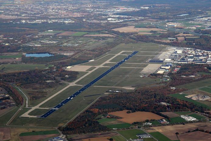 De start- en landingsbaan van de Eindhovense luchthaven.