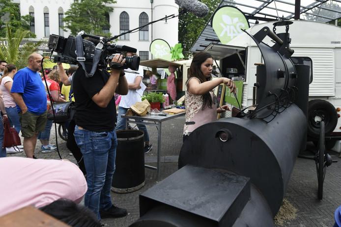 Tv-kok Roberta Pagnier bakt Til-burgers tijdens de opnames.