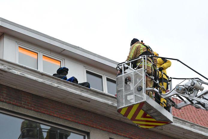 Zwarte Piet werd door de brandweervan het dak van school De Boomgaard gehaald, tot groot jolijt van de kinderen.