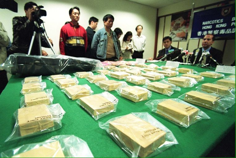 Pakjes heroïne, gekaapt door de Chinese politie, worden aan de media getoond.