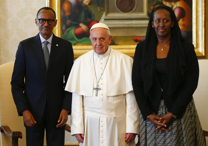De paus met de president van Rwanda, Paul Kagame en diens vrouw Jeannette.