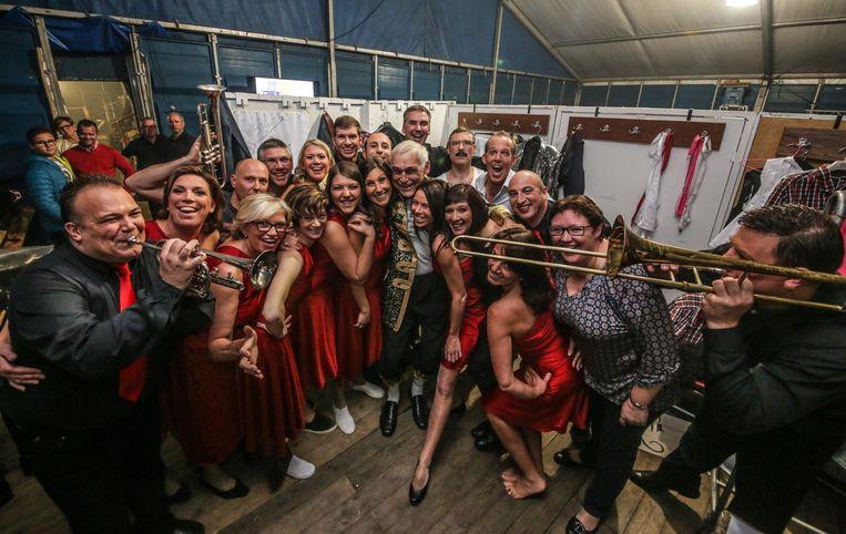 Jacques gisterenavond net voor het optreden, omringd door de andere groepsleden.