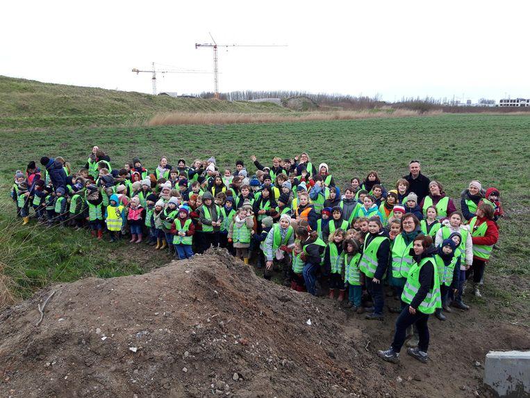 De leerlingen van het Sint-Lutgardis in Westende plantten zo maar eventjes 1.400 bomen in Oostende.