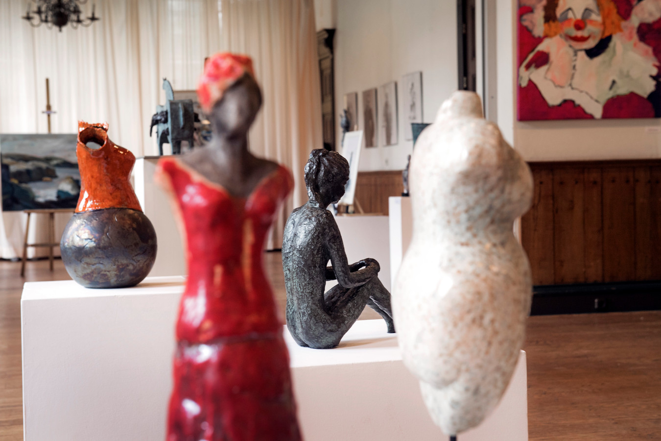 Expositie in Kasteel Wijchen tijdens de Atelierroute in 2016. De Kunstmarkt in de tuin van het kasteel trekt wél veel publiek.