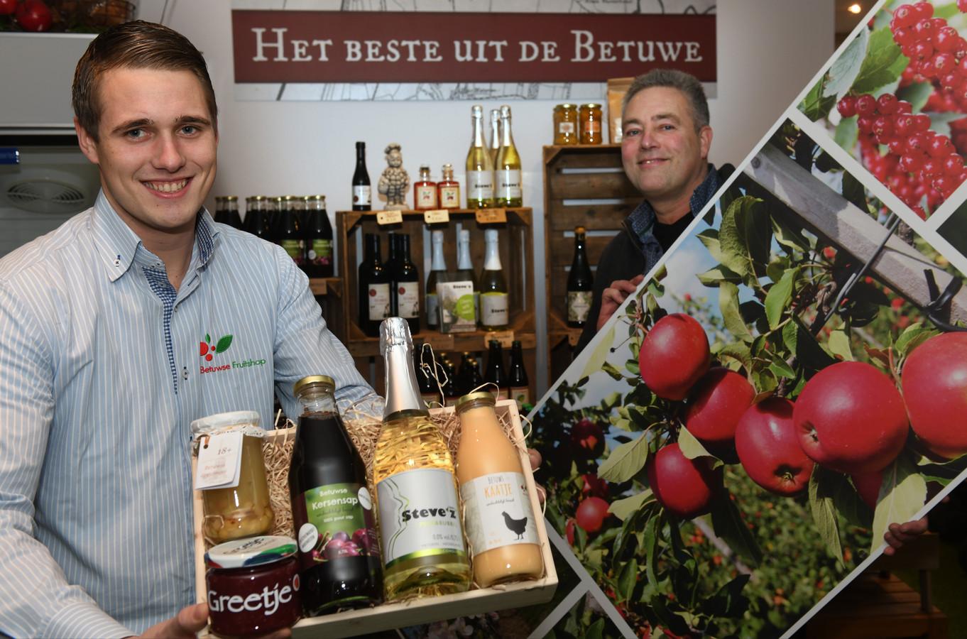 Vader Gerard (rechts) en zoon Koen Poldervaart van de Betuwse Fruitshop.
