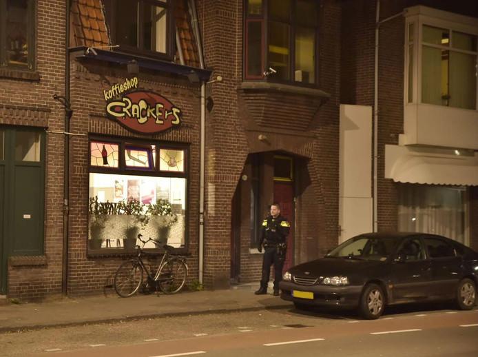 De politie deed uitgebreid onderzoek bij de coffeeshop in Tilburg.