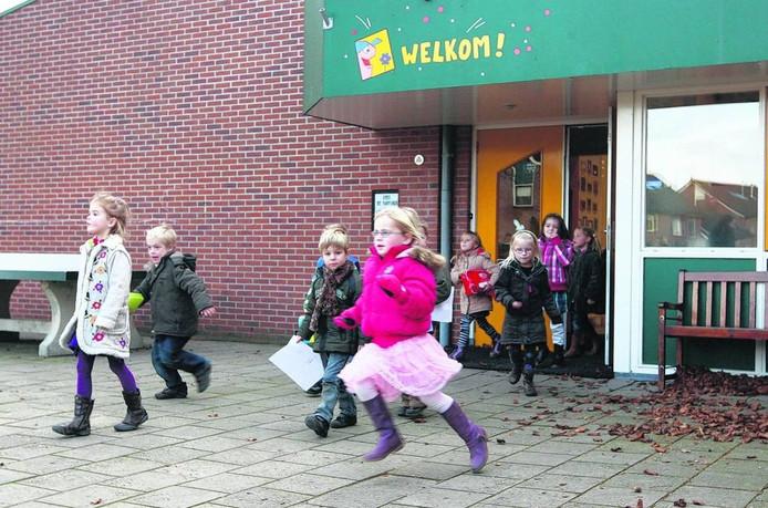 Kinderen lopen de St. Martinusschool uit.