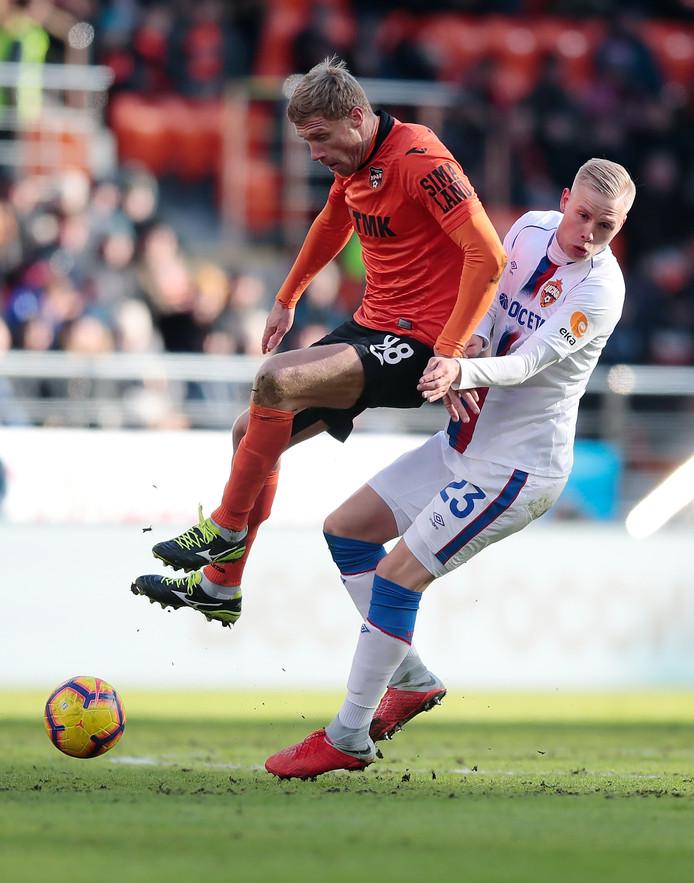 Pavel Pogrebnyak (l) in duel met Magnusson van CSKA Moskou.