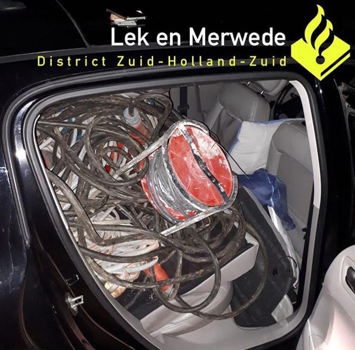 De achterwagen lag vol met spullen waarvan wordt vermoed dat ze eerder die nacht zijn gestolen uit een schuur in Noordeloos.