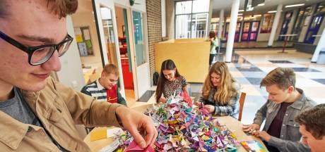 Vriendengroep Maaslandcollege vouwt duizend kraanvogels voor ernstig zieke vriend