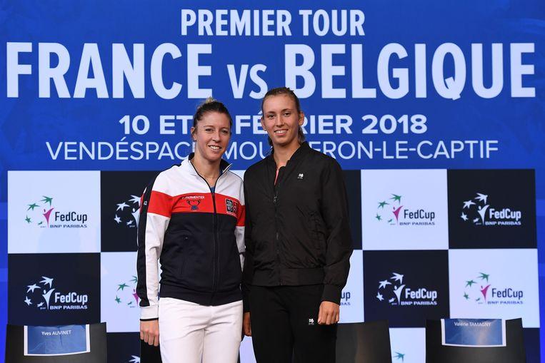 Mertens met Pauline Parmentier, haar eerste tegenstander in de Fed Cup.
