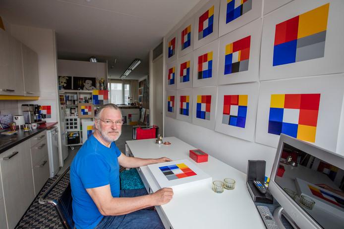 Kunstenaar Peter de Bruin thuis in Helmond. Aan de muur hangen enkele van de zeventig voorstudies die hij maakte, op zoek naar 14 geslaagde composities.