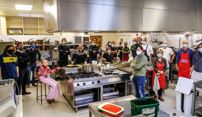 De Ronde Tafel werkt samen met Syntra West om de maaltijden op tijd klaar te krijgen.