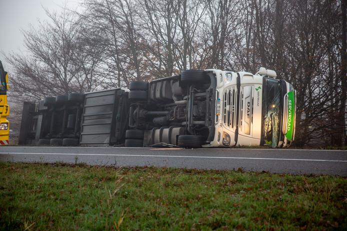 Op de A58 bij Zegge is een vrachtwagen gekanteld.