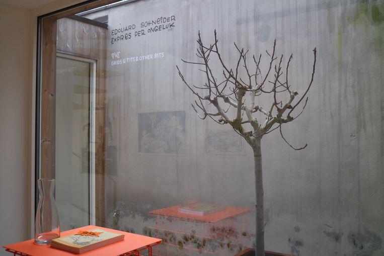 De achterwand van de binnenkoer vormt de 'wall of fame', waar artiesten een boodschap achterlaten na hun expo.