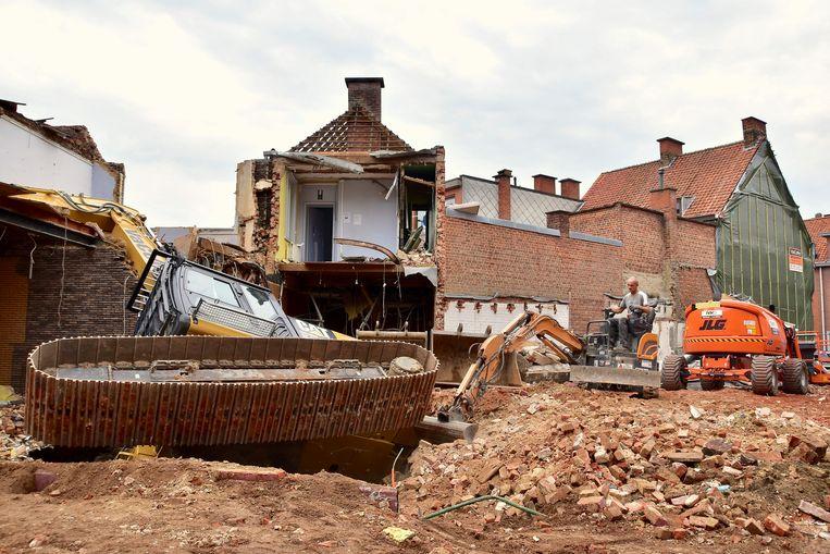 De werfkraan kantelde toen de betonnen gewelven van de ingekokerde Mandel het begaven onder het gewicht van de kraan.