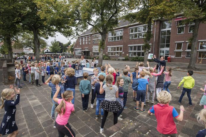 Kinderen van basisschool De Drie Eenheid in Oldenzaal moesten de klas uit nadat de directeur op het brandalarm had gedrukt