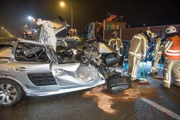 De Ninoofsesteenweg in Ronse is na het ongeval afgesloten nadat een vrouw tegen een geparkeerde auto botste.