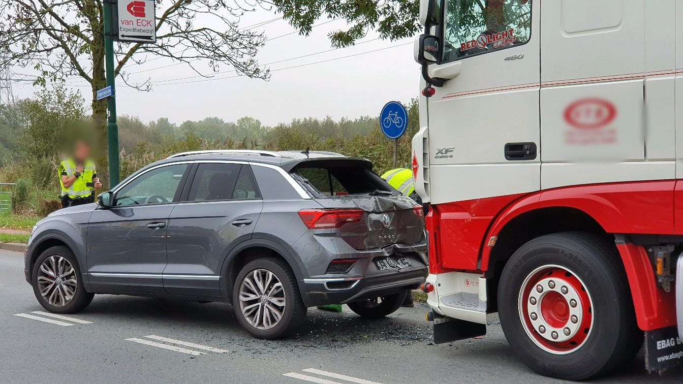 De vrachtwagen reed achterop de personenauto op de Wageningselaan in Veenendaal.