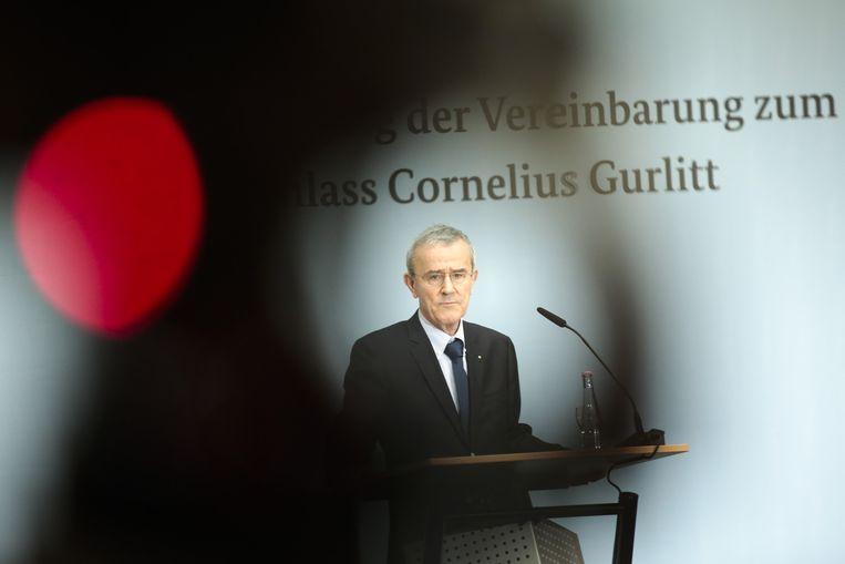 Een camera filmt Christoph Schäublin, voorzitter van de stichting van Kunstmuseum Bern, bij zijn aanvaarding van de Gurlitt-erfenis. Beeld ap