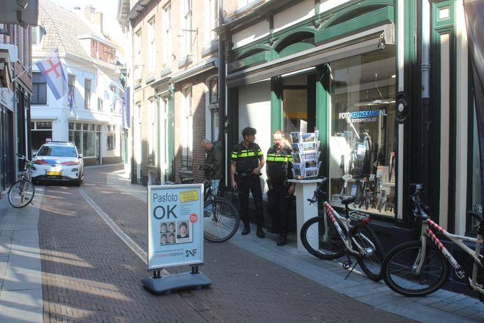 Agenten bij de winkel waar de worsteling heeft plaatsgevonden.