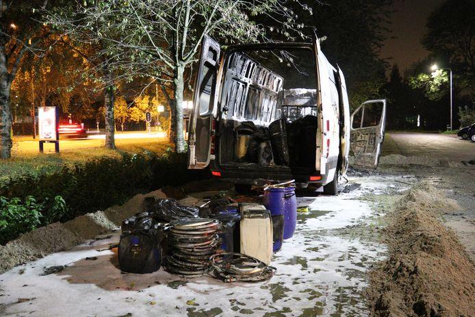 Het busje dat dinsdagavond aan de Floraweg in Maarssen in vlammen opging.
