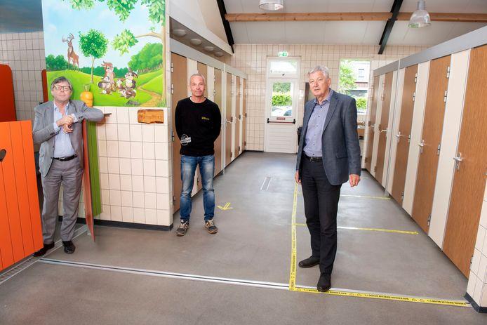 Hans de Haan (l.), Dian van den Heuvel (m.) en Frits Smit in een toiletgebouw van camping De Kriemelberg in Ermelo dat alvast coronaproof is gemaakt.