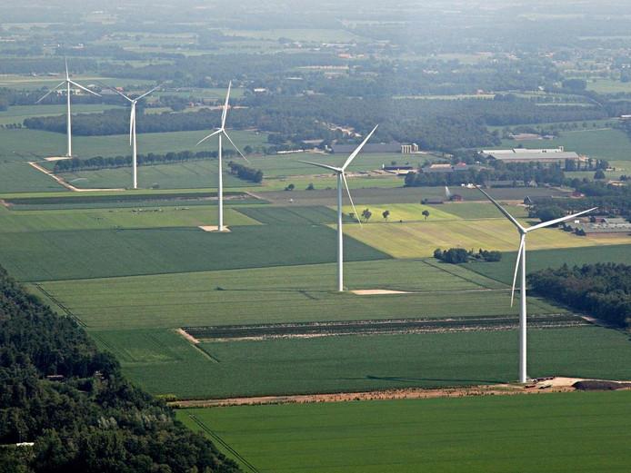 Aan de Laarakkerdijk in Reusel staan al vijf windmolens.