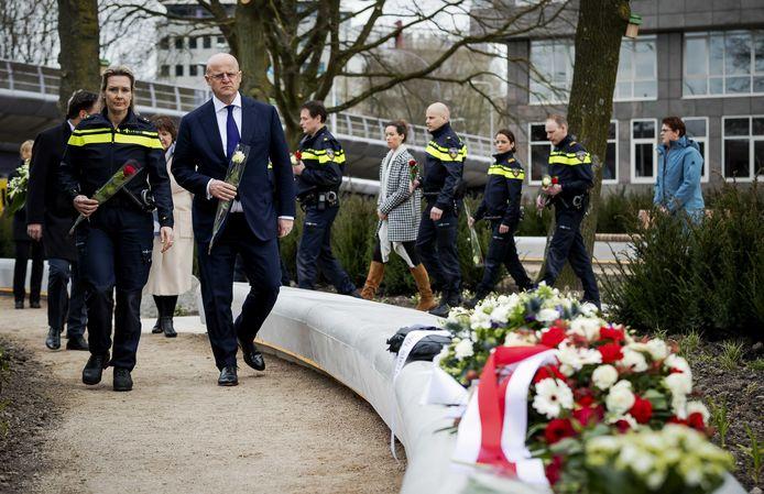Minister Ferdinand Grapperhaus van Justitie en Veiligheid legt met politie agenten bloemen op het 24 Oktoberplein.