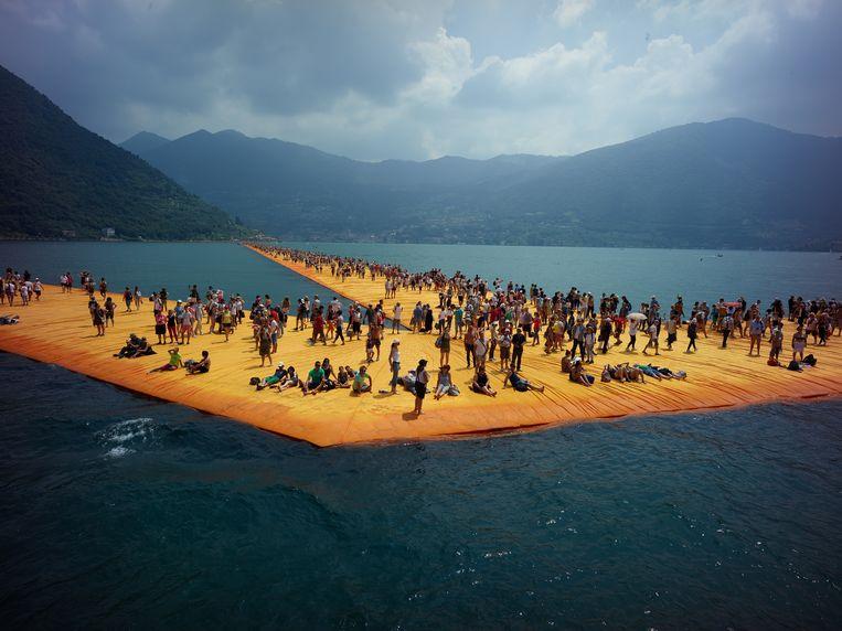 Film still uit Christo: Walking on Water Beeld