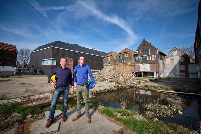 Jan Kerkhof (l) en Martijn Otte zijn namens de gemeente Vlaardingen druk met het Museumkwartier. Hier staan ze achter de Warmelo & Van der Drift-panden.