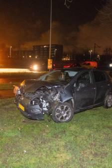 Automobilist op de vlucht na rammen lantaarnpaal en boom, politie vindt lachgas