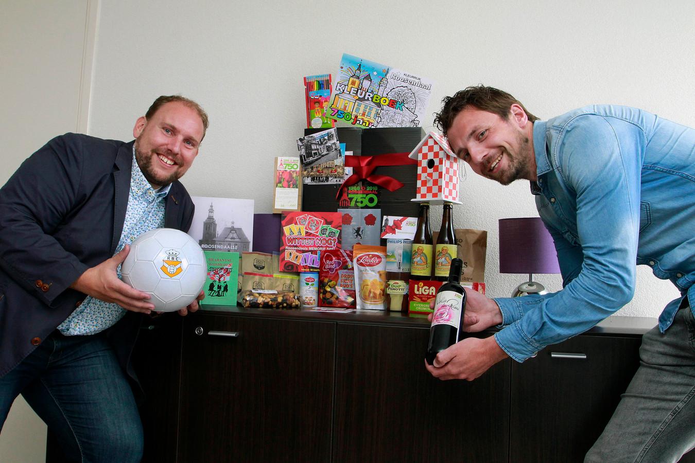 Robert Breedveld (links) en Pieter Dekker hebben vanwege het 750-jarige jubileum van Roosendaal een uitgebreid cadeaupakket samengesteld. Foto : Gerard van Offeren/Pix4Profs