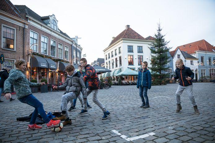 Voor rollators en rolkarren is de Markt in Hattem moeilijk begaanbaar, maar een potje voetbal op de hobbelige kinderkopjes in Hattem is geen probleem.