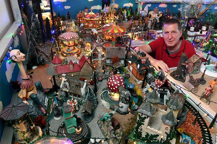 Jan Robbe heeft zijn huiskamer vol met Efteling-miniatuurhuisjes staan.