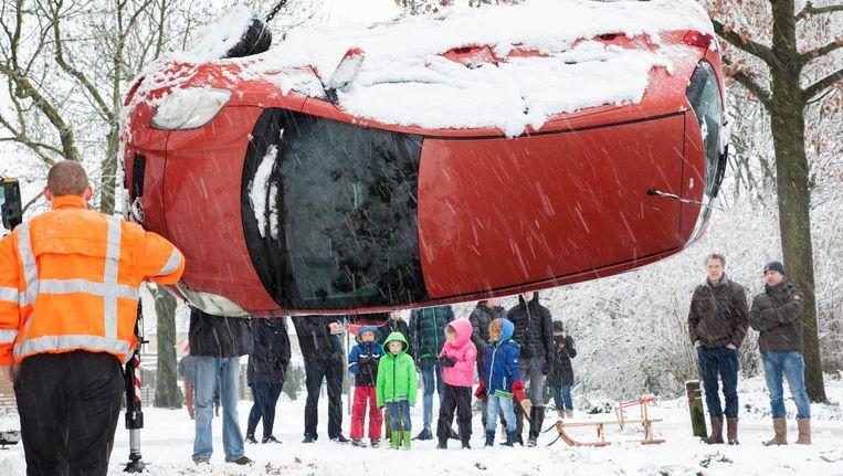 Een auto bij Ravenstein raakte zondag te water. Beeld Theo Oudenaerd