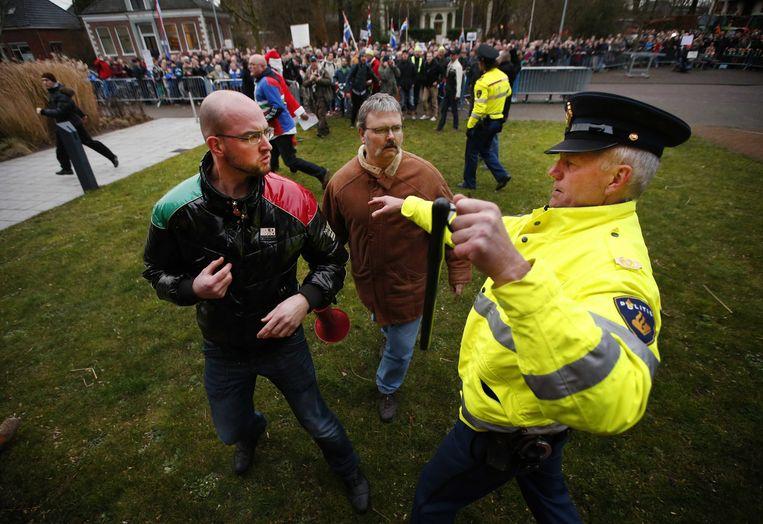 Protest gisteren in Loppersum, waar minister Kamp het kabinetsbesluit over de aardgaswinning in Groningen kwam toelichten. Beeld EPA