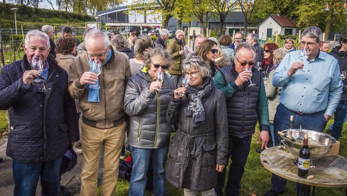Wijnboeren en buurtbewoners laten zich niet onbetuigd bij het proeven van de Haagse Heerlijkheid.