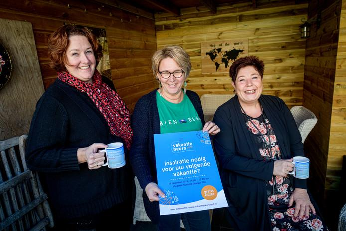 Monique Berkenbosch (rechts)  organiseert samen met Monique in het Veld (links) en Corina Koops-Gaakink de vakantiebeurs.
