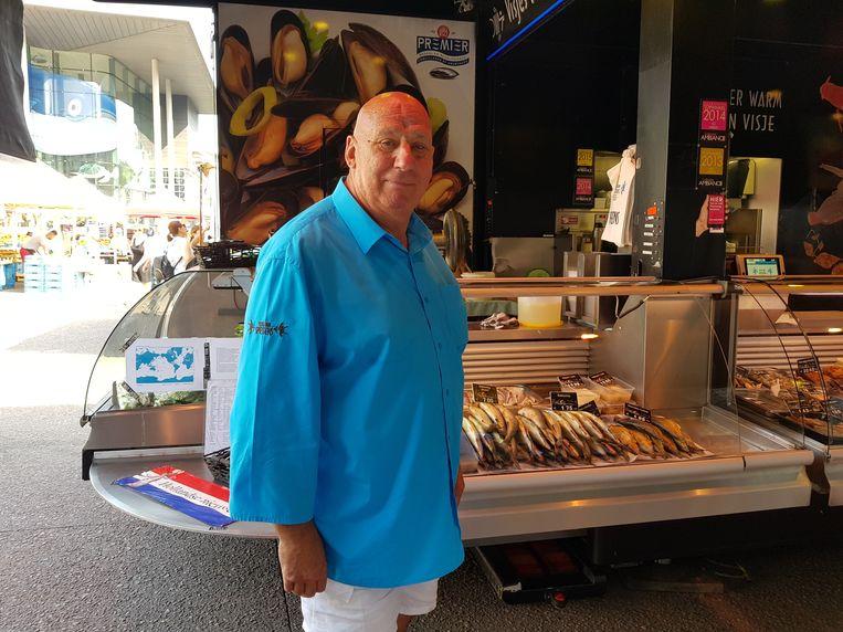 Volgens vishandelaar Eric heeft iedereen wel zin in zalm of grietjes op de barbecue vanavond.
