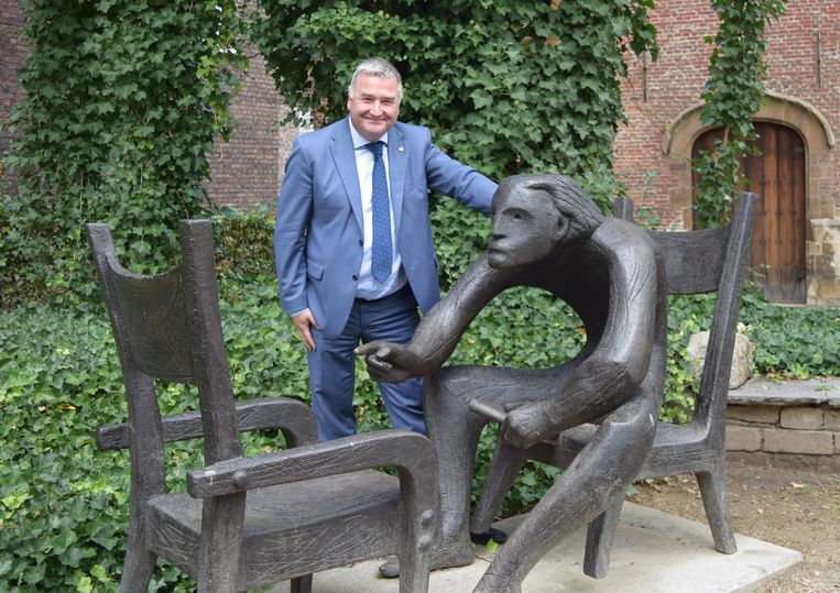 Schepen Van Overmeire bij het standbeeld van Louis Paul Boon.
