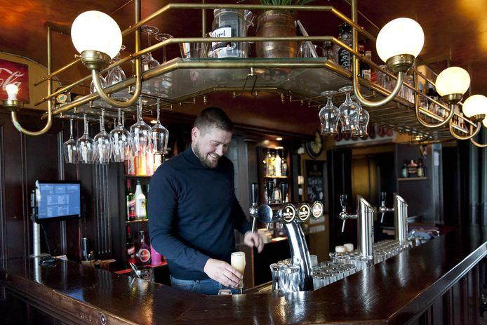 Jaap Huisman runt Bie Toontje in Holten, waar veel jongeren graag een biertje komen drinken.
